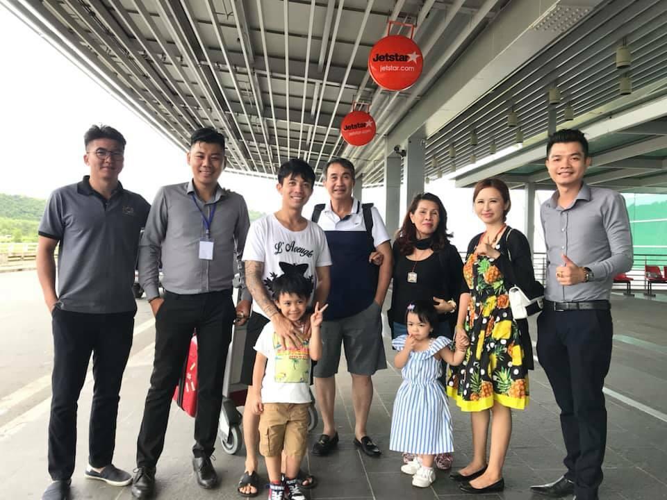 Anh Lâm cùng khách hàng và những đồng nghiệp của mình (Thứ hai từ bên trái qua)