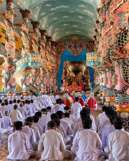 Những di tích tâm linh Khi tìm hiểu văn hóa Việt Nam, nhiều khách phương Tây thường ghé thăm đền chùa để khám phá đời sống tâm linh của người địa phương. Chùa Hộ Quốc, Dinh Cậu, chùa Sư Muôn hay Thánh Thất Cao Đài (ảnh) là những nơi du khách mách nhau tìm đến. Ảnh: @toshtosh18.