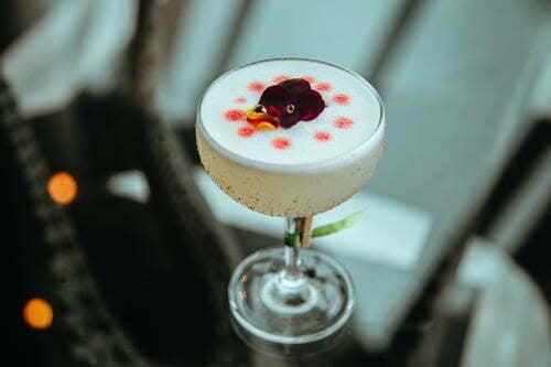 Không chỉ có thành phần đa dạng, cocktail còn tạo dấu ấn nhờ yếu tố địa phương, đó là sử dụng cả tiêu Phú Quốc, rượu sim hay mật ong rừng.