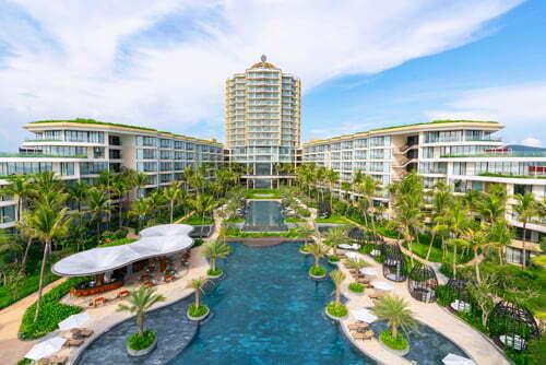 Khai trương cuối tháng 6/2018, InterContinental Phu Quoc Long Beach Resort tọa lạc ở cuối Bãi Trường, cách sân bay Phú Quốc 15 phút và thị trấn Dương Đông 20 phút chạy ôtô. Khu nghỉ dưỡng có 6 nhà hàng và quầy bar, 4 hồ bơi, 459 phòng và villa phân bổ ở 4 cánh nằm dọc 2 bên sườn và một tòa Sky Tower cao 19 tầng, nổi bật giữa Bãi Trường.