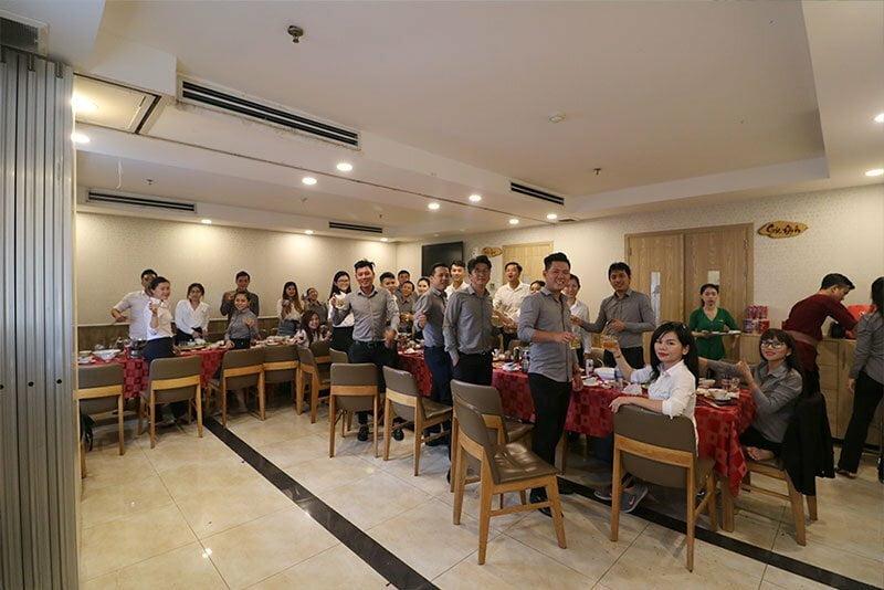 Thành viên PQR ăn liên hoan tại nhà hàng Quê Nhà