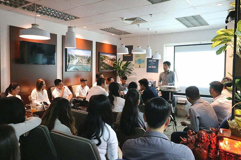 Ban Giám đốc Công ty phát biểu triển khai kế hoạch dự án mới và khen thưởng các nhân viên xuất sắc