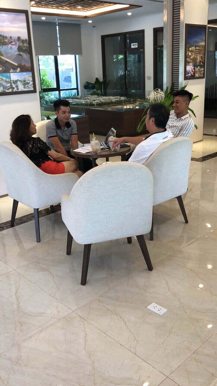 Anh Lâm cùng quản lý PQR tư vấn trực tiếp đến khách hàng